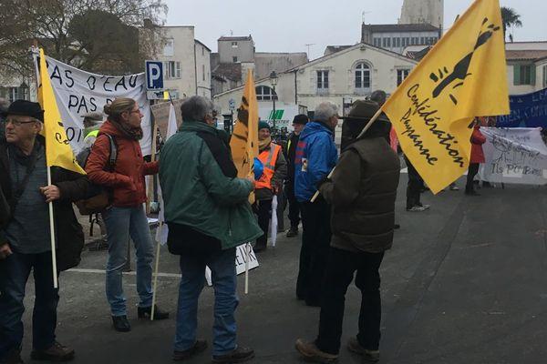 Les manifestants de la Confédération Paysanne et des associations environnementales devant la préfecture à La Rochelle.
