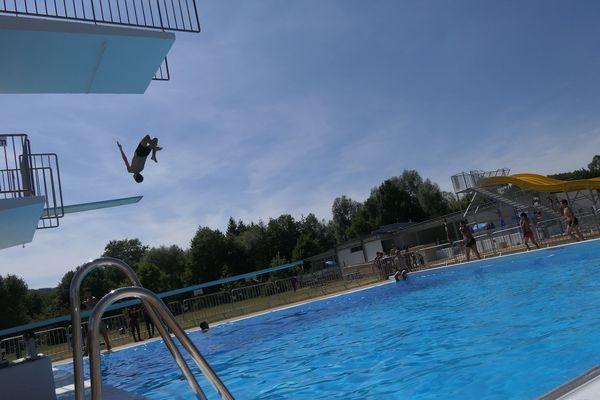 Les jeunes profitent des plongeoirs de la piscine de Chalezeule et de son nouveau bassin.