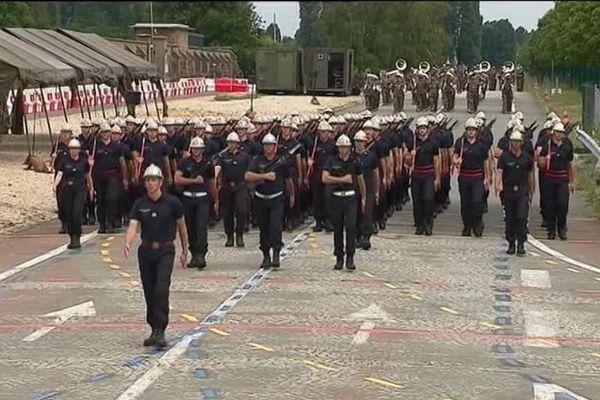 Les pompiers de Bourgogne-Franche-Comté s'entraînent sur la base aérienne de Satory, à Versailles, avant le défilé sur les Champs-Elysées vendredi 14 juillet 2017.
