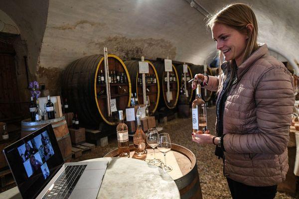 """""""Visio-dégustations"""" au château Barbebelle (Bouches-du-Rhône) pour contrer la chute des ventes de vin, pendant le confinement."""