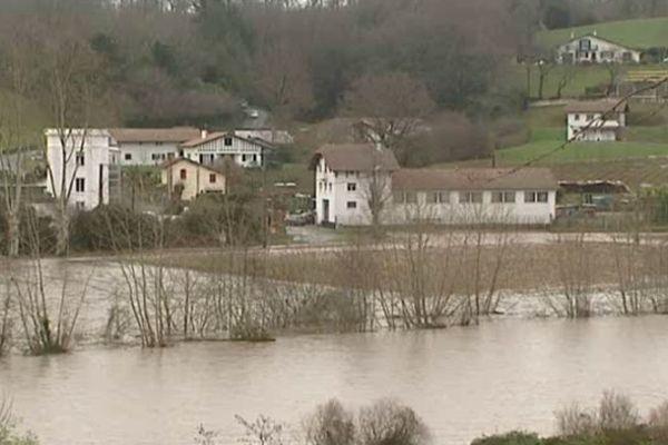 Les précipitations soutenues depuis plusieurs jours ont chargé en eaux les cours de la Nive et de la Nivelle. La vigilance est au rouge, car cette situation d'inondation n'a pas encore atteint son pic.