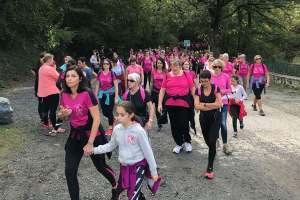 Cette course à Aurillac, c'est pour elles ! Pour lutter contre le cancer du sein. Dimanche 13 octobre, c'était la 6e édition d'Aurillac pour elles. Deux parcours sont proposés : un de cinq kilomètres et l'autre de 8 kilomètres.