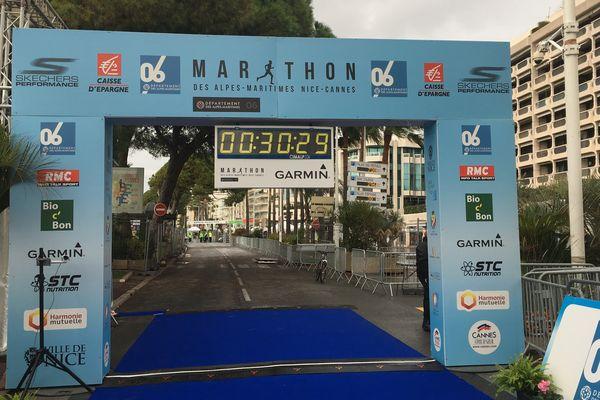 La ligne d'arrivée à Cannes. Les premiers marathoniens sont attendus en milieu de matinée.
