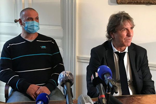 Christophe Ellul et son avocat Alexandre Novion lors de la conférence de presse à Bordeaux mardi 10 novembre 2020.