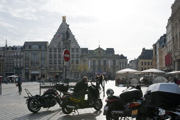 Des motos sont souvent stationnées sur la Grand'Place à Lille.