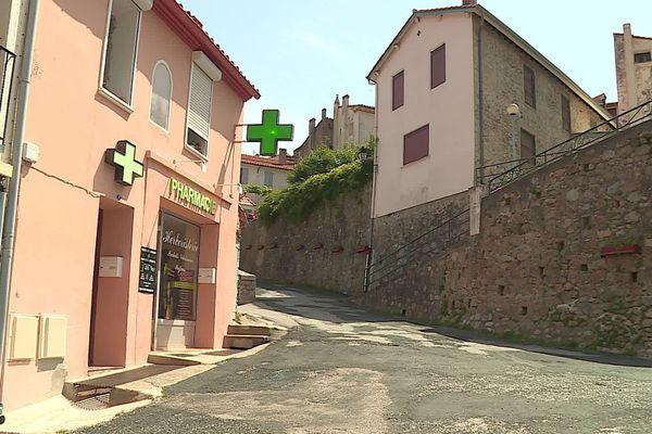 ASaint-Laurent-de-Cerdans, en Haut-Vallespir, la pharmacie a rouvert après 2 ans de fermeture, avec un Montpelliérain à sa tête - juillet 2020.