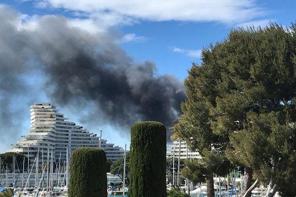 Une épaisse fumée noire envahit le ciel, un incendie s'est déclenché dans un entrepôt à Villeneuve Loubet.