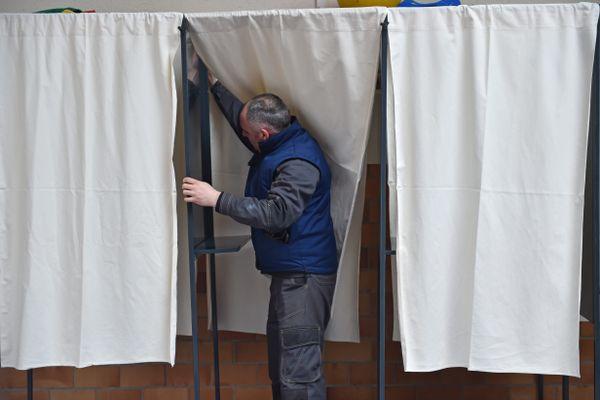 Faut-il ou non organiser les élections régionales et départementales en juin