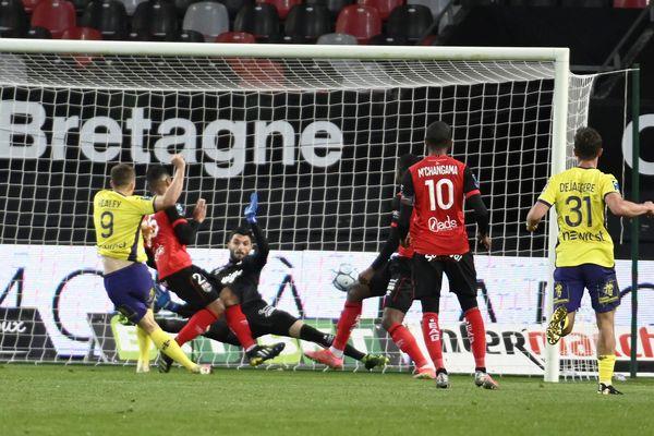 L'avant-centre anglais Rhys Healey marque le but égalisateur pour le TFC : ce sera le seul but du match pour les Toulousains à Guingamp.