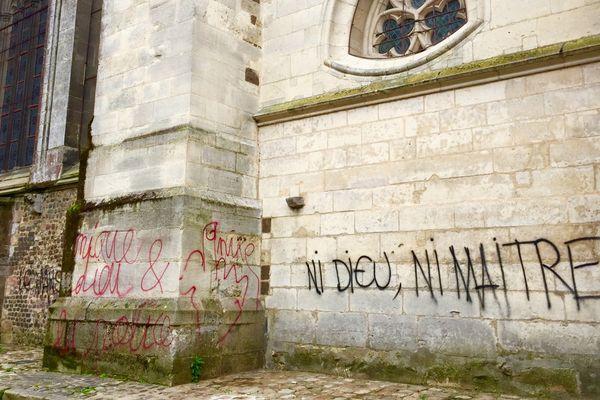 Une dizaine de tags ont été inscrits sur les murs de la cathédrale Saint-Julien.
