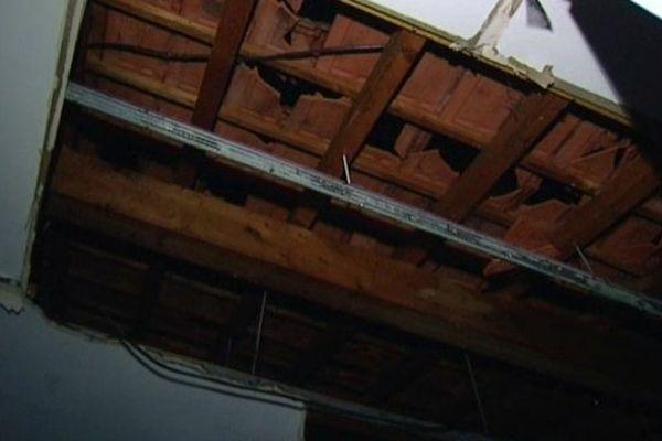Au moment du tournage de ces images, des morceaux de la toiture de la boulangerie d'Ormoy-Villers continuaient à tomber.