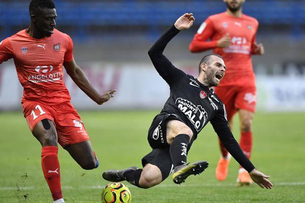 Le joueur de Brest Yoann Court (à droite) opposé au joueur de Béziers Aboubakary Kante (à gauche) - 4 mai 2019