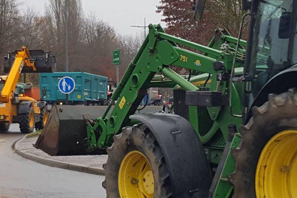 Une vingtaine de tracteurs est venue chercher des gilets jaunes au rond-point de Chronodrive, au sud de Limoges, pour un rassemblement commun devant la Mutualité sociale agricole, lundi 3 décembre.