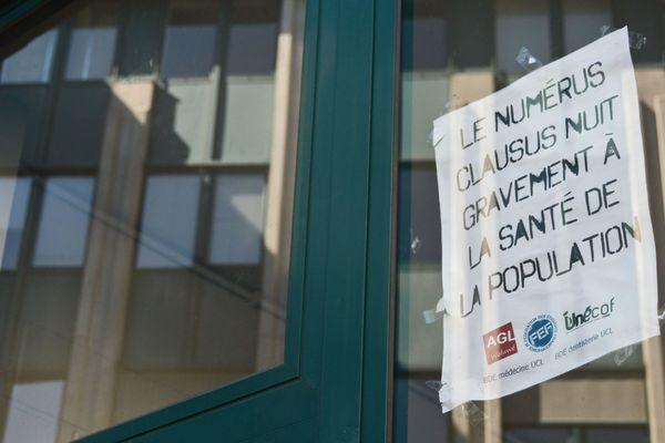 """Une pancarte """"Le numerus clausus nuit gravement à la santé de la population""""."""