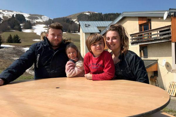 Yoan Bombarde et Sabrina Dietsch autour de leur fille Louna et de son petit frère.