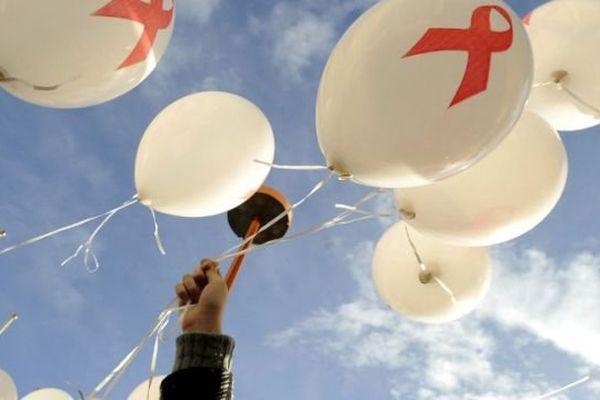 Un lâcher de ballons pour célébrer la journée mondiale de lutte contre le sida.