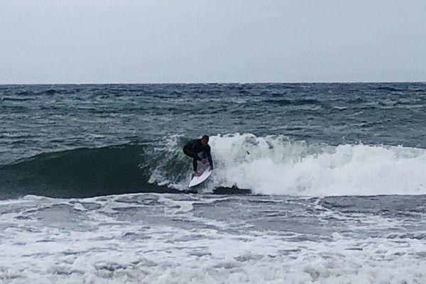 A la Seyne-sur-Mer, pour certains c'était trop tentant de surfer, alors malgré les restrictions liées à l'épidémie de Covid-19, ils y sont allés.