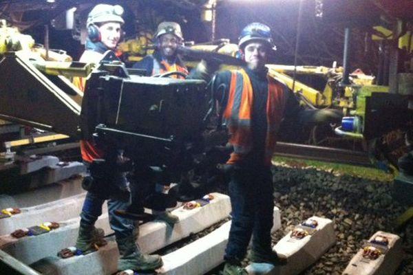 Les équipes travaillent la nuit, pour assurer la rénovation des voies SNCF, ici sur l'axe Rennes-Redon.