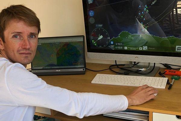 F Delahaye devant un écran de Virtual Regatta