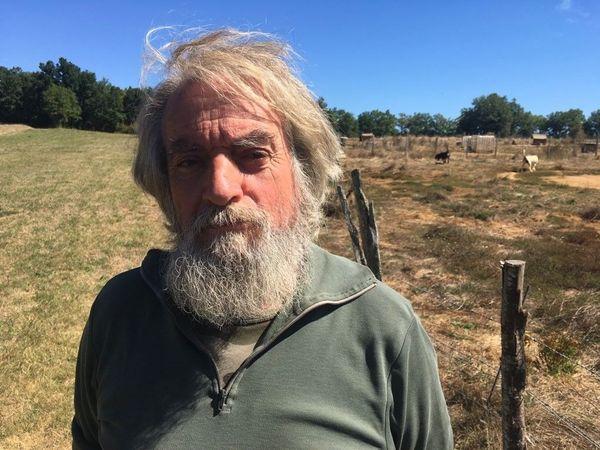 Le propriétaire, Richard Mandral, a été sommé de mettre son chenil aux normes pour l'hébergement, et de réduire le nombre de ses chiens à 45