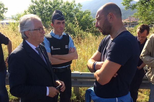 Frédéric Rouanet, représentant des vignerons de l'Aude, en discussion avec le sous-préfet de Céret - 23/05/2017