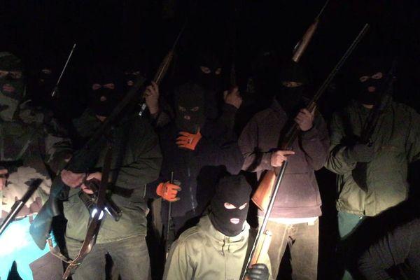 Une trentaine d'hommes masqués et armés apparaissent sur cette video déposée de façon anonyme dans la boîte aux lettres de plusieurs medias.