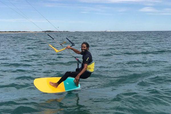 Un moniteur heureux de pratiquer et d'enseigner le Kitesurf, au large de la grande plage de Villeneuve-les-Maguelone. La demande est en forte progression depuis le déconfinement dans l'Hérault.