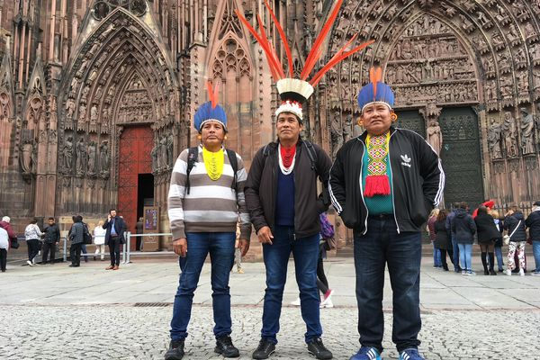 Les Indiens Tapirape avec leurs coiffes traditionnelles devant la cathédrale de Strasbourg en mai 2019