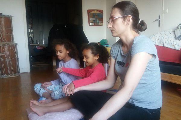 """Aurélie Lemaire et ses deux filles de 4 ans et 8 ans est une adepte du programme depuis quelques semaines. """"Cela apaise même nos tensions !"""" se réjouit-elle."""