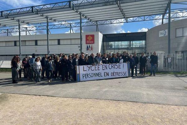 Des enseignants et des personnels du Lycée Saint-Exupéry de Blagnac (Haute-Garonne) ont décidé d'exercer leur droit de retrait, ici le lundi 4 octobre.