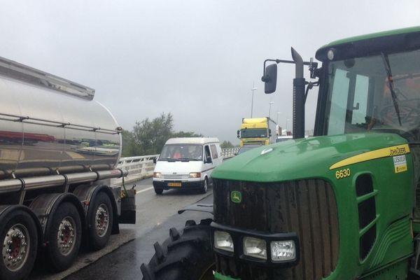 Les agriculteurs bloquent l'accès au pont de Normandie dans le sens Le Havre Honfleur ce mardi 21 juillet.