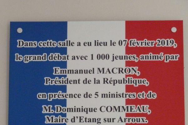 Cette plaque a été installée à Étang-sur-Arroux après la venue d'Emmanuel Macron pour le Grand débat national en février 2019.