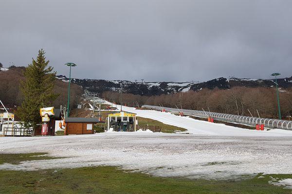 La station de ski de Superbesse, dans le Puy-de-Dôme, s'apprête à accueillir les vacanciers de Noël, même si la neige, elle, n'est pas encore au rendez-vous.