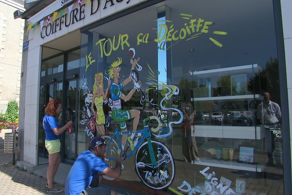 Une vitrine de Chauvigny est peinte aux couleurs du Tour de France par Philippe Le Paih et Catherine Lavallade.