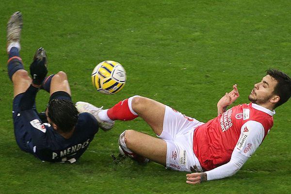 Le MHSC à terre...à l'image de ce tackle raté de Pedro Mendes sur le Rémois Anastasio Donis.