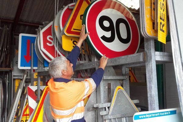 Panneaux 90 km/h conservés par les services de la route du conseil départemental d'Indre-et-Loire