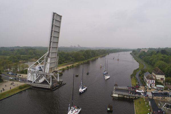 Le pont Pegasus Bridge de Bénouville et les écluses du port de Ouistreham sont deux points prisés pour saluer les navigateurs.
