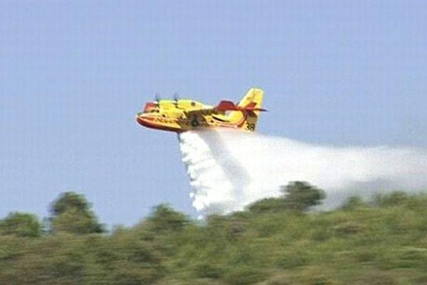 Fleury-d'Aude - 1er feu de l'été. 8 canadairs luttent contre les flammes - 25 juin 2013.