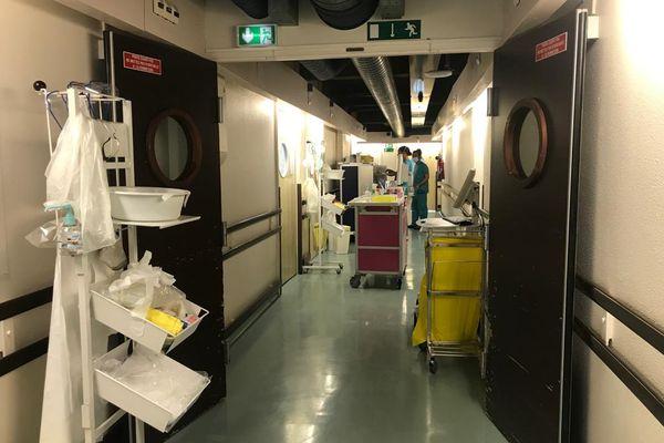 Dans les couloirs du service de soins intensifs Covid du professeur Michel Carlès à L'Archet 1 à Nice.
