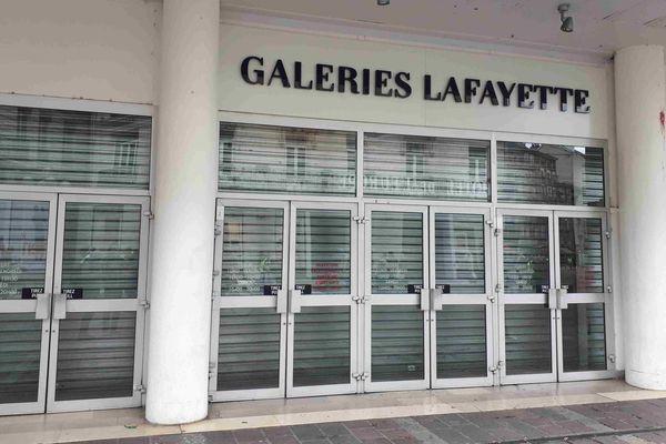 Les Galeries Lafayette ont baissé leurs rideaux à l'arrivée des gilets jaunes.