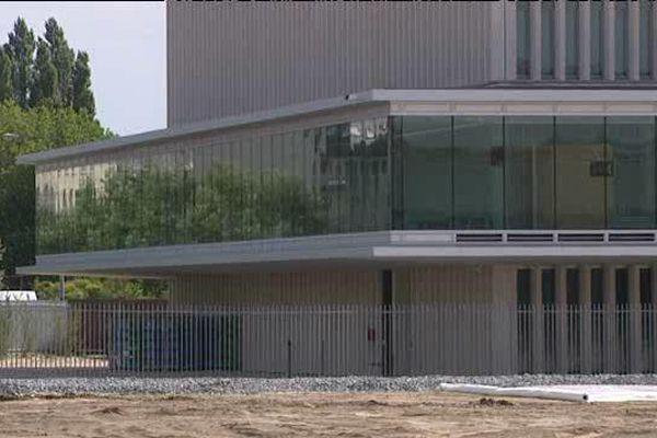 Il reste à faire pousser la pelouse autour du nouveau palais de justice. A l'intérieur, les travaux sont terminés. Les 180 agents du ministère de la justice ont investi leurs bureaux.