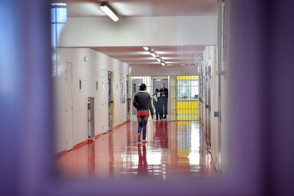 Chaque dimanche, les détenus de la maison d'arrêt de Nantes peuvent recevoir des messages de leurs proches grâce à l'émission de radio proposée par Casse-murailles.