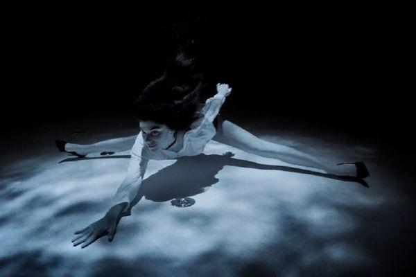 La danseuse espagnole Ariadna Hafez a exécuté un magistral tango par dix mètres de fond, sous la caméra de Bastien Soleil.