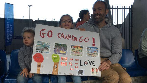 La famille Jeffrey, franco-canadiens de Montpellier, dans les tribunes du stade de la Mosson, lors de la Coupe du monde féminine de football Canada-Cameroun. 10/06/2019