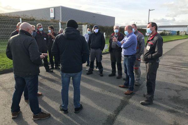 Les représentants des établissements Meunier devant l'entreprise à Brest
