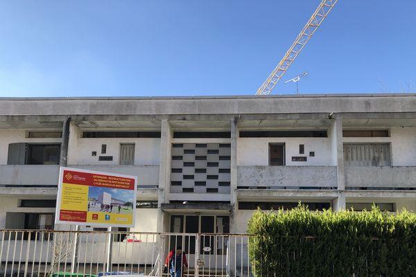 Depuis le 17 décembre 2019 une trentaine de personnes habitent ici, dans ces anciens logements de fonction du lycée toulousain Berthelot, au 57 de la rue Achille Viadieu.