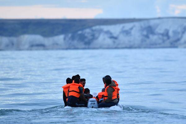 Image d'illustration de migrants tentant de traverser de traversée de la Manche sur une embarcation de fortune.