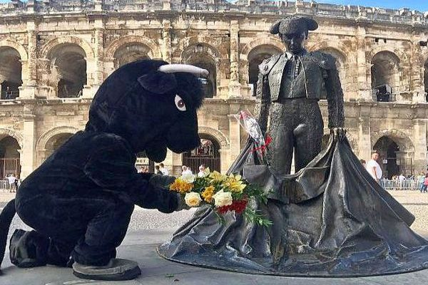 Nîmes - déguisé en taureau, Rémi Gaillard proteste à sa façon contre la corrida lors de la feria - septembre 2018.