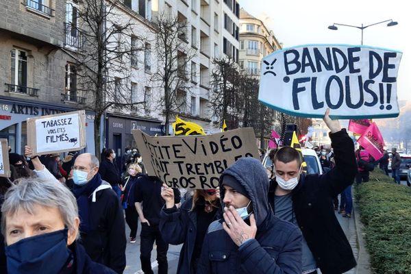 """Les milliers de manifestants ont défilé dans les rues de Rennes contre la loi de """"sécurité globale"""" le 28 novembre 2020"""