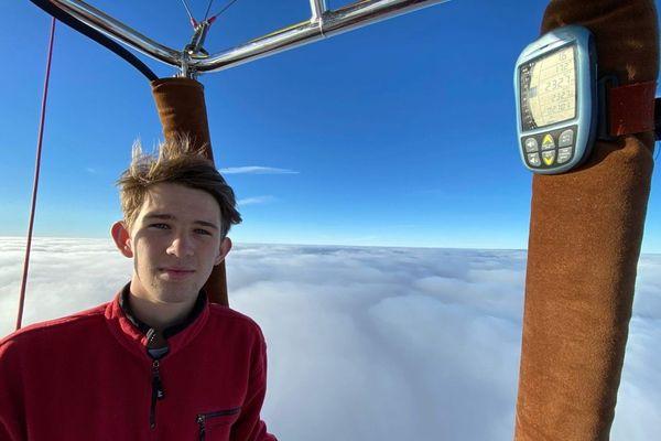 A bord de sa montgolfière, seul au dessus des nuages